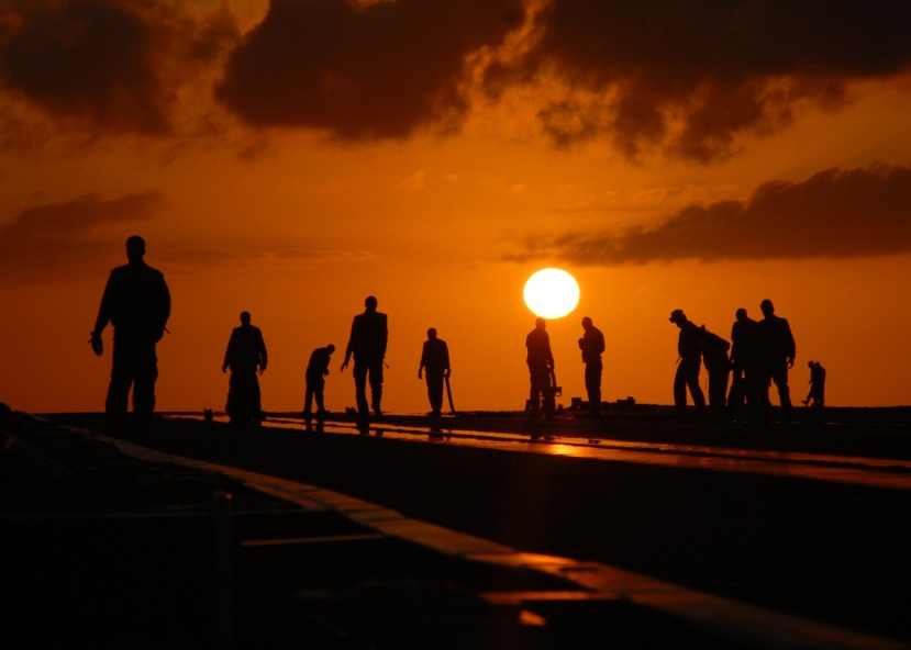 silhouettes-people-worker-dusk-40723